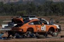Roadside gearbox change on the Huber Porsche.